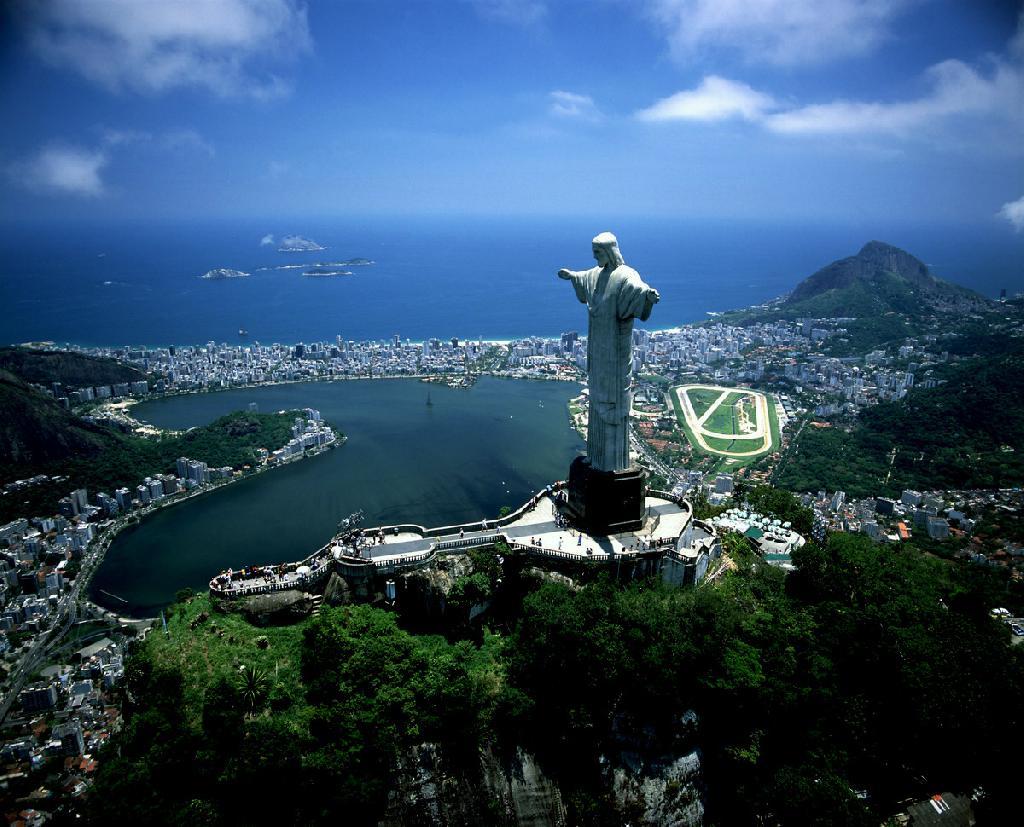 изумительной красоты ботанический сад в Рио-де-Жанейро; бухта Ботафогу; гора Сахарная голова; гора Корковадо на вершине которой расположена статуя Христа-Иску